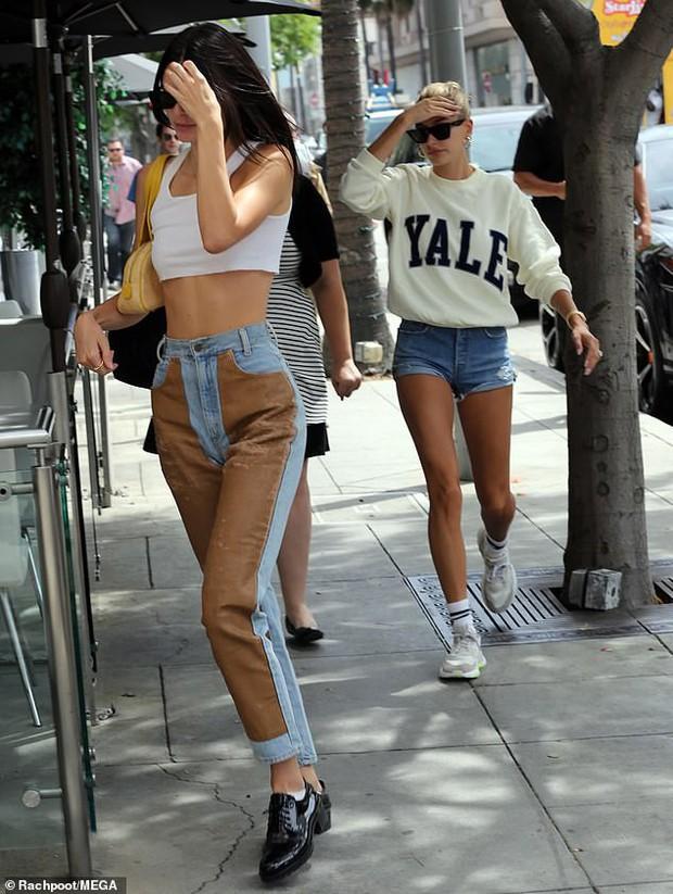 Màn đọ dáng cực hot của 2 siêu mẫu 9X: Vợ Justin show chân dài miên man, Kendall Jenner chẳng kém nhờ bộ phận này - Ảnh 2.