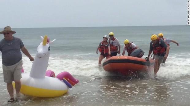 Bé trai cưỡi phao hơi khổng lồ bị sóng đánh trôi tuột ra biển, huy động lực lượng cứu hộ phóng cano ra đưa vào bờ - Ảnh 2.