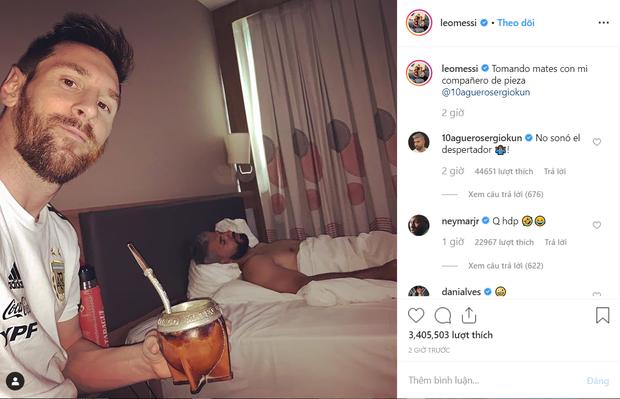 Đừng ngủ khi đứa bạn thân còn thức: Không ngờ có ngày siêu sao Messi lại đi troll anh chàng đồng niên đến như thế này - Ảnh 1.