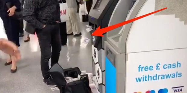 Thanh niên đi rút tiền từ ví bitcoin, cây ATM nhả tiền như lá rụng giữa con phố đông người tại London, Anh - Ảnh 1.
