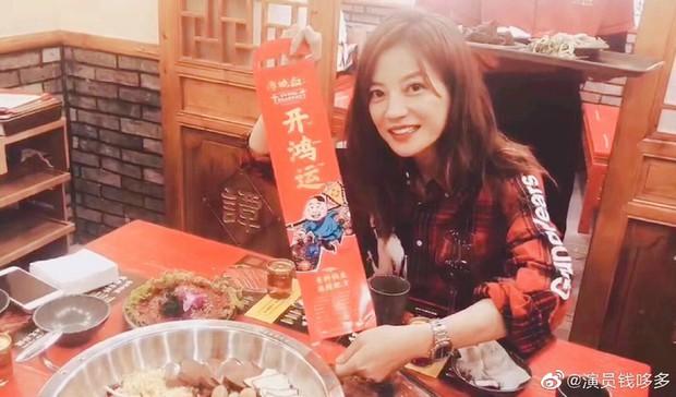 Buổi khai trương quán lẩu tại Bắc Kinh bất ngờ hot nhờ dàn sao hạng A Triệu Vy, Đồng Lệ Á tới chúc mừng - Ảnh 1.