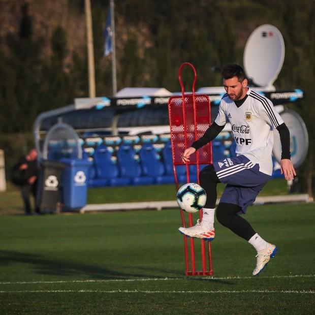 Đừng ngủ khi đứa bạn thân còn thức: Không ngờ có ngày siêu sao Messi lại đi troll anh chàng đồng niên đến như thế này - Ảnh 3.