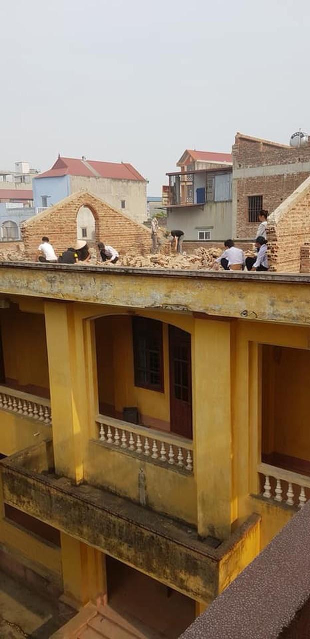 Xôn xao hình ảnh phạt 10 học sinh trèo lên mái nhà đẽo gạch giữa trời nắng nóng, hiệu trưởng nói gì? - Ảnh 1.