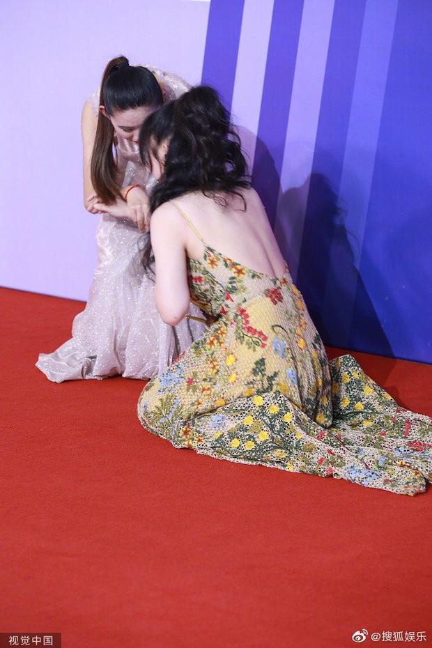 Siêu vòng 1 Liễu Nham chiếm spotlight với màn ngã sõng soài giả tạo khiến netizen ức chế tại thảm đỏ - Ảnh 4.