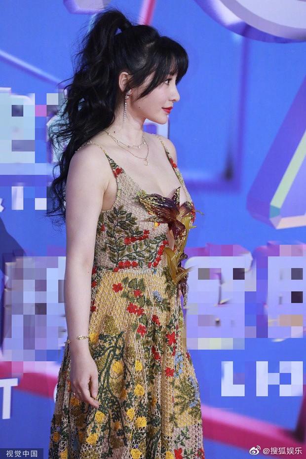 Siêu vòng 1 Liễu Nham chiếm spotlight với màn ngã sõng soài giả tạo khiến netizen ức chế tại thảm đỏ - Ảnh 2.