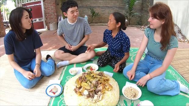 Bà Tân Vlog ăn mừng đạt huân chương kỷ lục Việt Nam, cùng 3 người cháu đến từ Hàn, Nhật, Nga làm đĩa xôi gà khổng lồ - Ảnh 8.