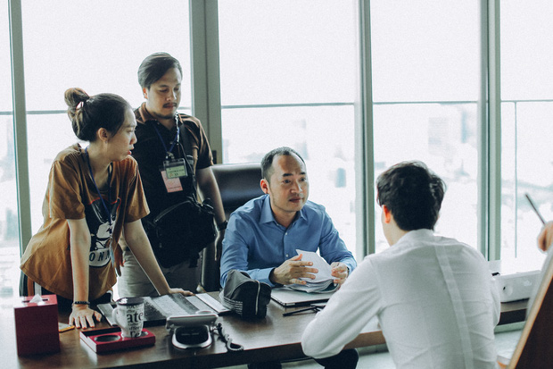 Anh Đường Băng vừa bỏ xã đoàn đi nhập hội Thật Tuyệt Vời Khi Ở Bên Em đã dạy Harry Lu kiểu chào hỏi siêu lầy - Ảnh 4.