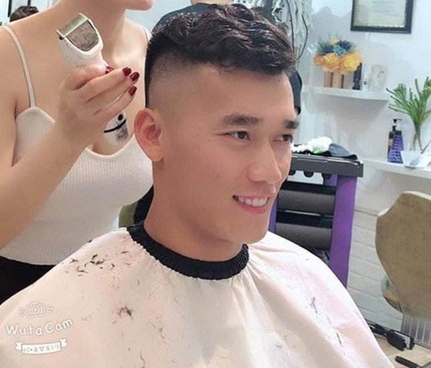 Chán để tóc xoăn hay undercut, Bùi Tiến Dũng nay lại tranh thủ cạo đầu cực ngầu sau Kings Cup 2019 - Ảnh 4.