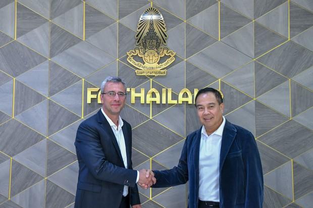 Quyết vượt Việt Nam, Thái Lan thuê cựu HLV từng rèn giũa lứa Messi ở lò đào tạo trứ danh của Barcelona - Ảnh 1.