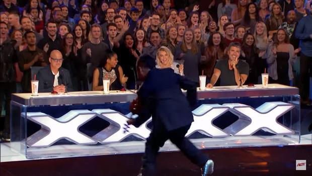 Cậu bé bị ung thư bạch cầu chinh phục nút vàng của giám khảo khó tính nhất America's Got Talent - Ảnh 3.