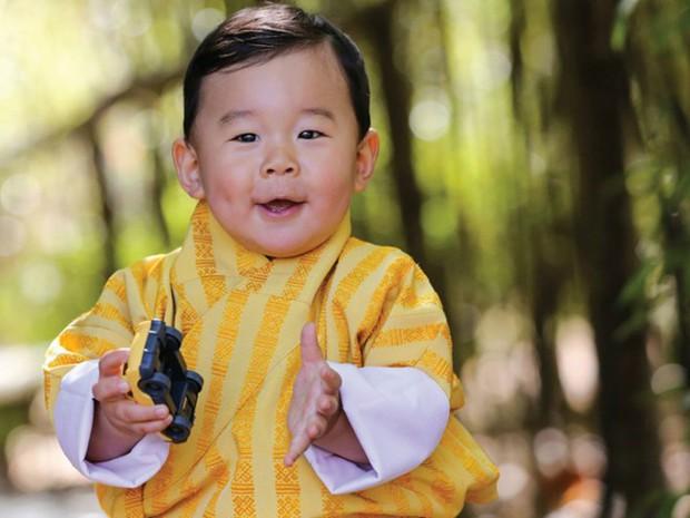 Vương quốc hạnh phúc Bhutan công bố hình ảnh mới nhất của hoàng tử bé khiến nhiều người ngỡ ngàng vì thay đổi quá nhiều - Ảnh 2.