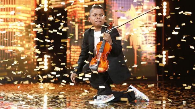 Cậu bé bị ung thư bạch cầu chinh phục nút vàng của giám khảo khó tính nhất America's Got Talent - Ảnh 5.