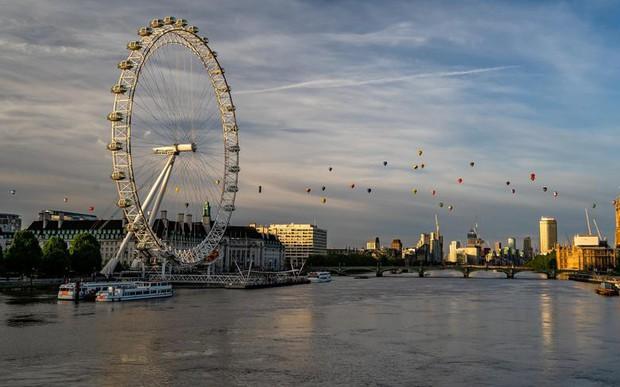 Khinh khí cầu đủ màu sắc rợp trời thủ đô London của Anh - Ảnh 4.