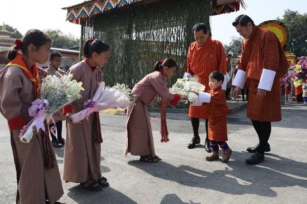Vương quốc hạnh phúc Bhutan công bố hình ảnh mới nhất của hoàng tử bé khiến nhiều người ngỡ ngàng vì thay đổi quá nhiều - Ảnh 6.