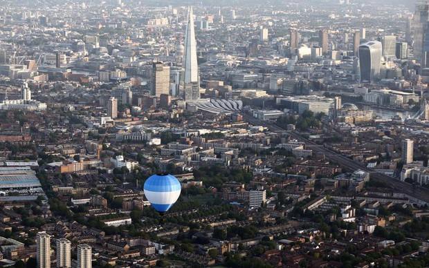 Khinh khí cầu đủ màu sắc rợp trời thủ đô London của Anh - Ảnh 7.