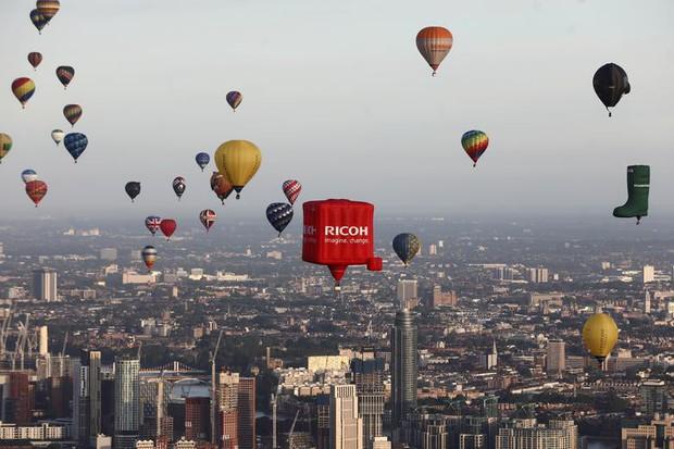 Khinh khí cầu đủ màu sắc rợp trời thủ đô London của Anh - Ảnh 8.