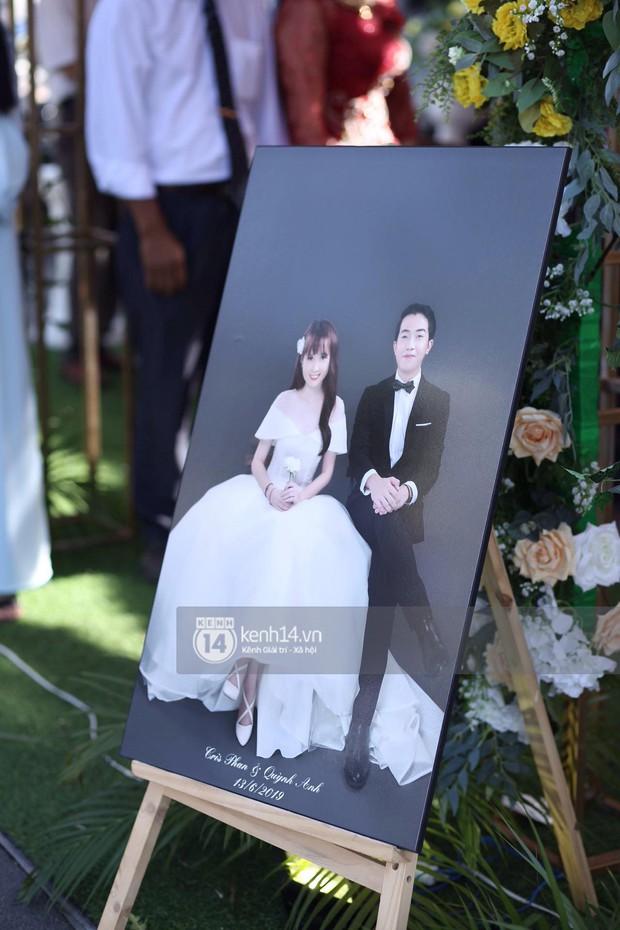 Cris Phan diện vest lịch lãm sánh đôi cùng Mai Quỳnh Anh khui sâm banh ở nhà hàng tiệc cưới - Ảnh 6.
