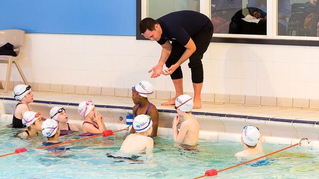 Cho trẻ học bơi từ sớm: không chỉ giúp thân thể khoẻ mạnh mà còn là kỹ năng sống còn quan trọng - Ảnh 4.