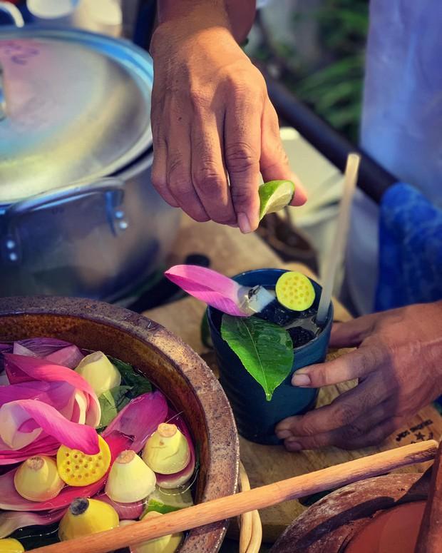Gánh hàng nước nói không với đồ nhựa của anh chàng vừa lạ vừa quen ở Nha Trang: Thay nắp nhựa bằng... bánh tráng - Ảnh 3.