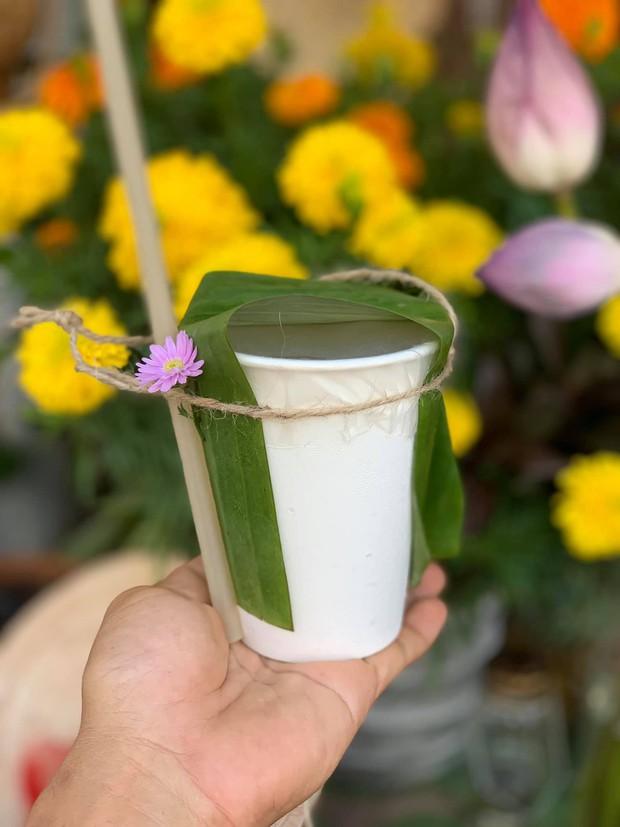 Gánh hàng nước nói không với đồ nhựa của anh chàng vừa lạ vừa quen ở Nha Trang: Thay nắp nhựa bằng... bánh tráng - Ảnh 7.