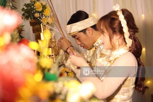 Cris Phan diện vest lịch lãm sánh đôi cùng Mai Quỳnh Anh khui sâm banh ở nhà hàng tiệc cưới - Ảnh 9.