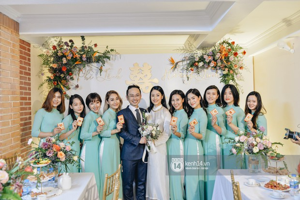 Ngắm MC Phí Linh đẹp nền nã khi diện 2 bộ áo dài trong lễ ăn hỏi với bạn trai đồng nghiệp - Ảnh 9.