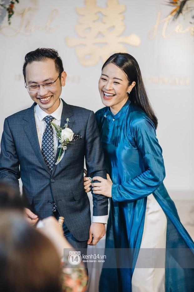 Ngắm MC Phí Linh đẹp nền nã khi diện 2 bộ áo dài trong lễ ăn hỏi với bạn trai đồng nghiệp - Ảnh 4.
