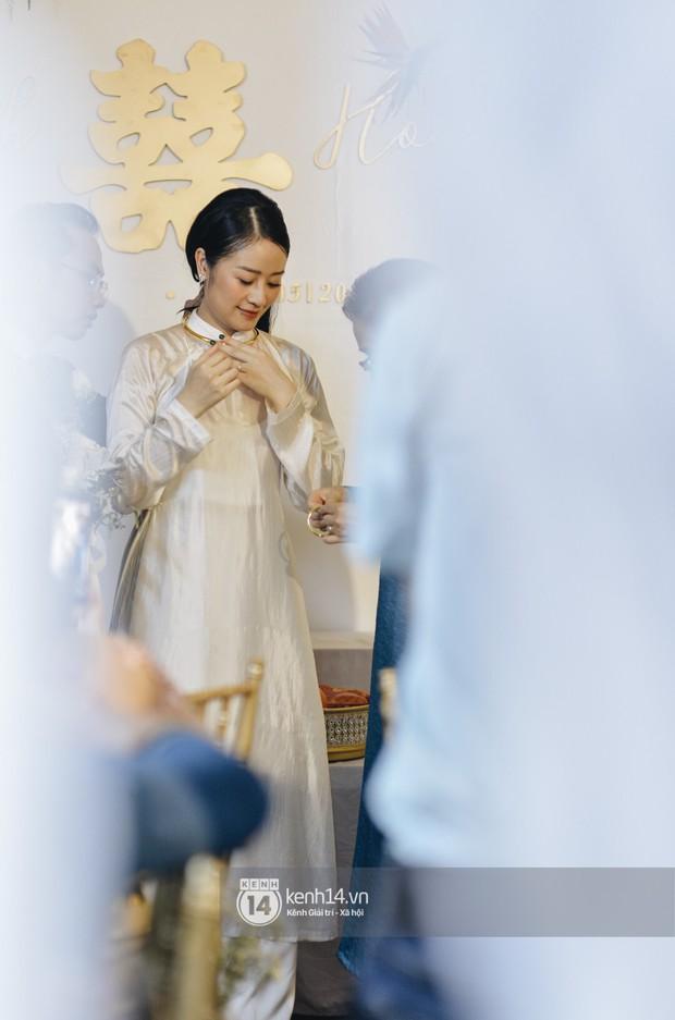 Ngắm MC Phí Linh đẹp nền nã khi diện 2 bộ áo dài trong lễ ăn hỏi với bạn trai đồng nghiệp - Ảnh 7.