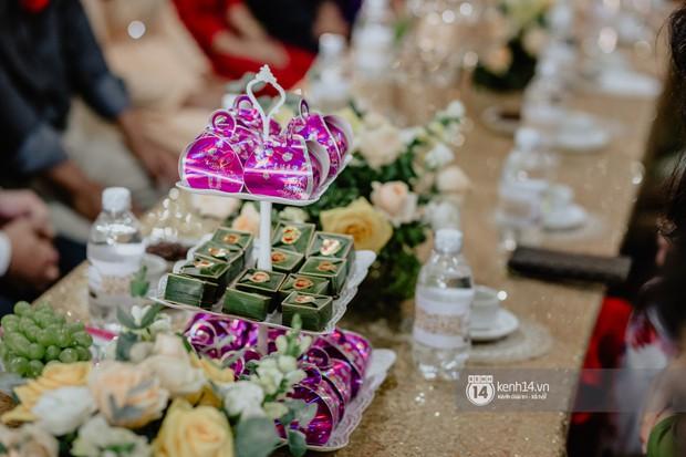Cris Phan diện vest lịch lãm sánh đôi cùng Mai Quỳnh Anh khui sâm banh ở nhà hàng tiệc cưới - Ảnh 4.