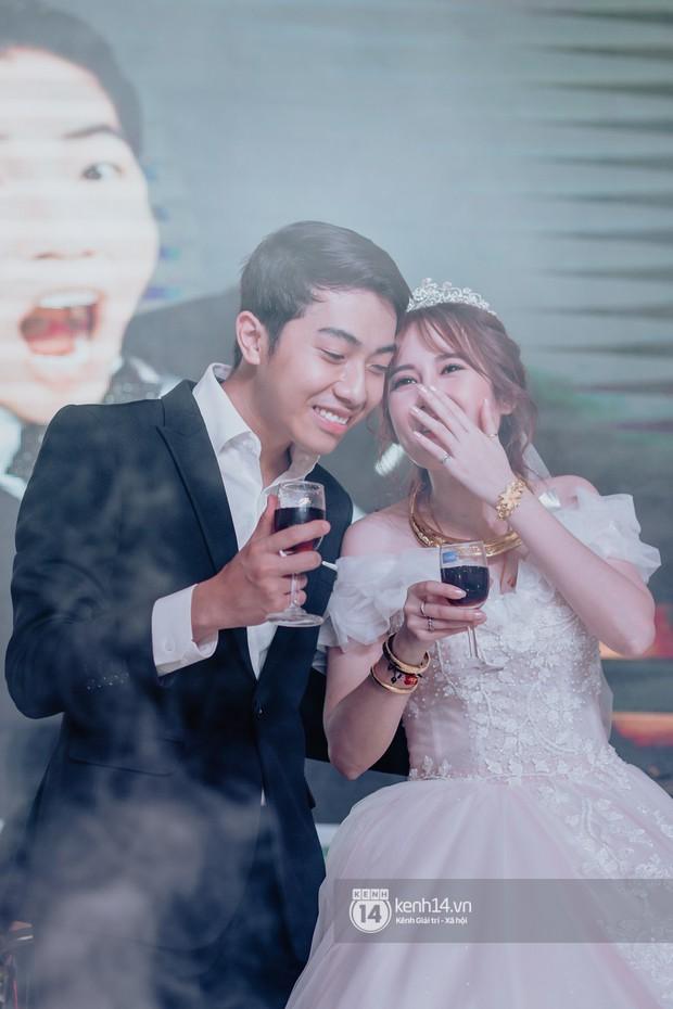 Cris Phan diện vest lịch lãm sánh đôi cùng Mai Quỳnh Anh khui sâm banh ở nhà hàng tiệc cưới - Ảnh 23.