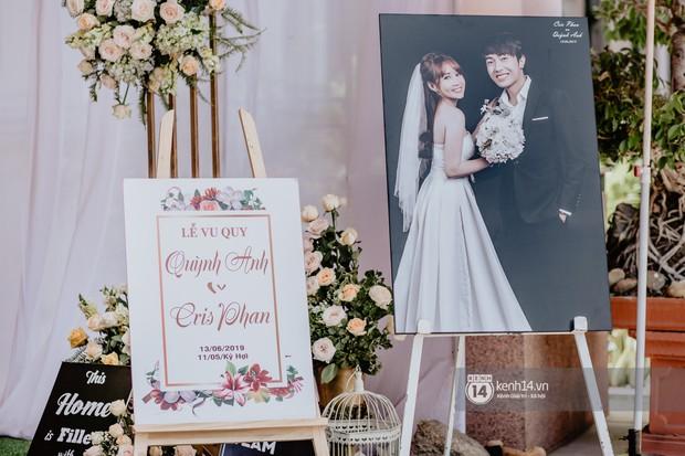 Cris Phan diện vest lịch lãm sánh đôi cùng Mai Quỳnh Anh khui sâm banh ở nhà hàng tiệc cưới - Ảnh 16.