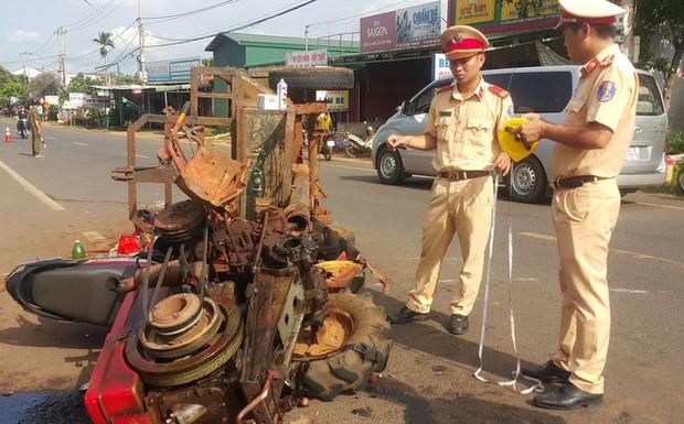 Chiếc xe máy của cặp vợ chồng bị cuốn vào gầm xe máy cày, 10 người bị thương - Ảnh 1.