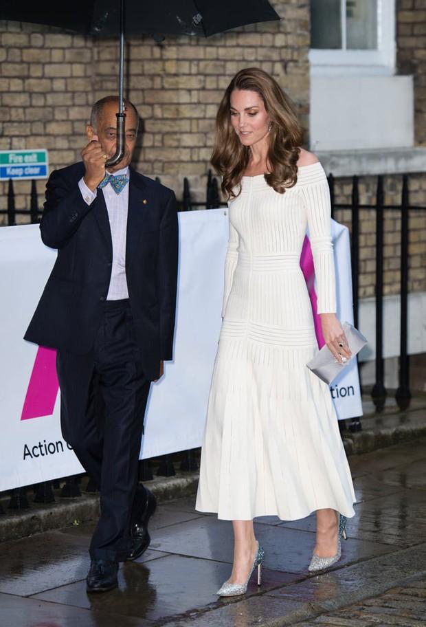 Diện lại đầm gợi cảm từ 3 năm trước, Công nương Kate cho thấy cả một sự nâng tầm về nhan sắc và phong cách - Ảnh 2.