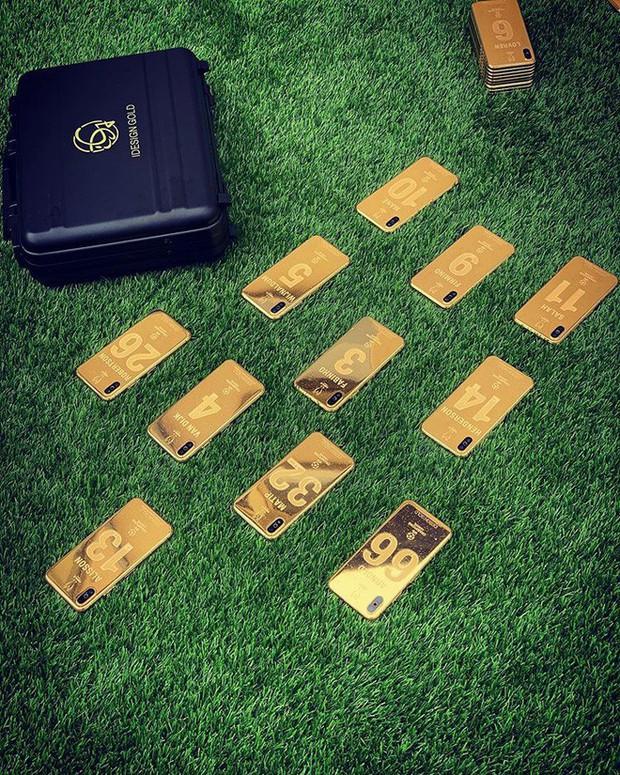 Thắng giải to, trúng cả kho iPhone X mạ vàng: 27 cầu thủ Liverpool cùng HLV ẵm quà sau vô địch - Ảnh 2.