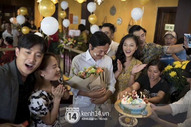 Nghệ sĩ Trung Anh cười hạnh phúc khi được tổ chức sinh nhật trong hậu trường Về nhà đi con - Ảnh 2.