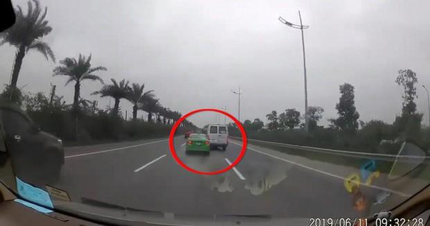 2 tài xế ô tô rượt đuổi nhau trên đường cao tốc bắt tay hoà giải sau khi bị phạt tước bằng lái và 7,5 triệu đồng - Ảnh 2.