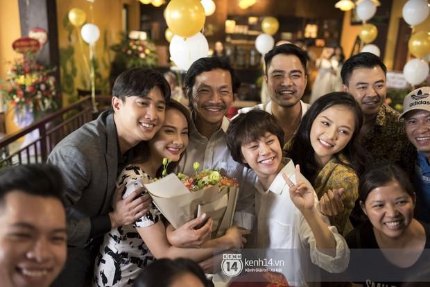 Nghệ sĩ Trung Anh cười hạnh phúc khi được tổ chức sinh nhật trong hậu trường Về nhà đi con - Ảnh 4.