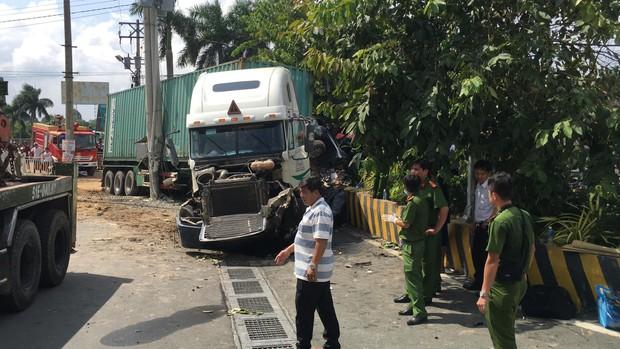 Vụ container tông bẹp dúm ô tô 4 chỗ: Tài xế và 4 người trong cùng một gia đình đã tử vong - Ảnh 1.