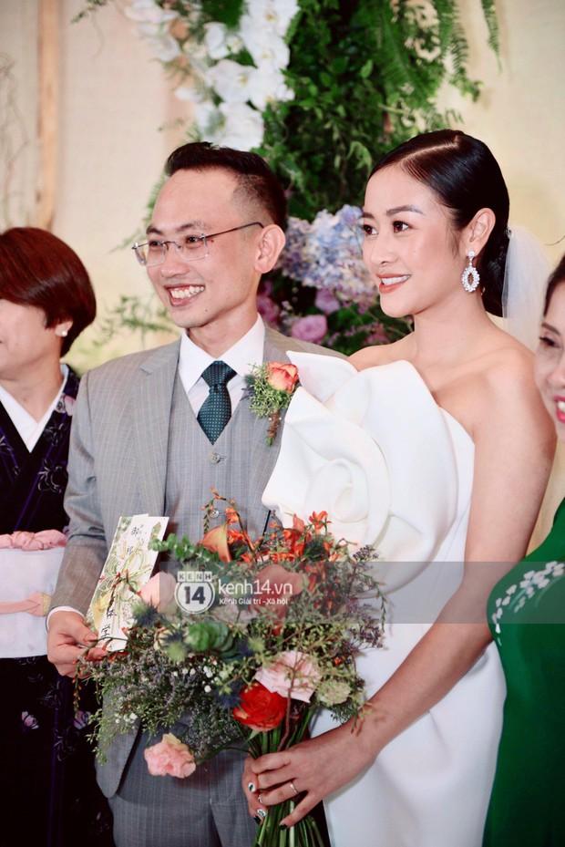 MC Phí Linh rạng rỡ cùng ông xã xuất hiện trong ngày kết nghĩa phu thê - Ảnh 1.