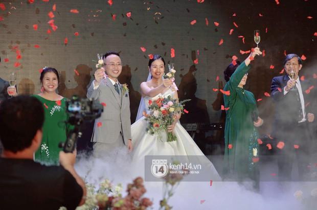 MC Phí Linh rạng rỡ cùng ông xã xuất hiện trong ngày kết nghĩa phu thê - Ảnh 9.