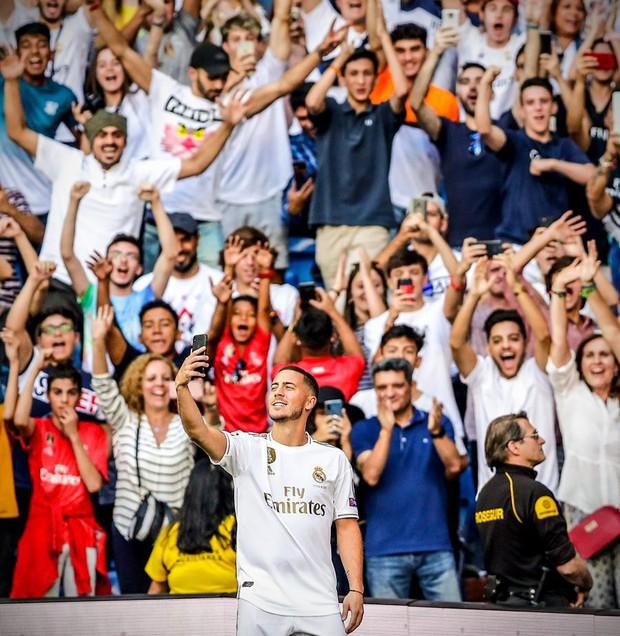 Liều lĩnh đến sân của kẻ thù Real Madrid để xem buổi ra mắt siêu sao Eden Hazard, nam CĐV Barca nhận lấy cái kết xấu hổ - Ảnh 2.
