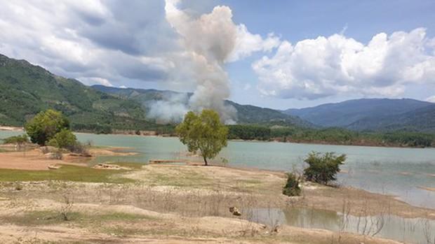 Ảnh hiện trường vụ máy bay quân sự Yak-52 rơi ở Khánh Hòa, 2 phi công tử nạn - Ảnh 1.