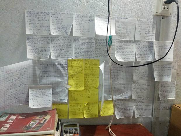 Học sinh đua nhau khoe giấy ghi nhớ dán kín tường mùa ôn thi: Việc học chưa bao giờ căng thẳng đến thế - Ảnh 1.