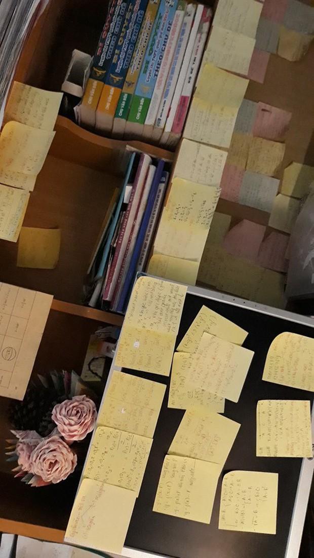 Học sinh đua nhau khoe giấy ghi nhớ dán kín tường mùa ôn thi: Việc học chưa bao giờ căng thẳng đến thế - Ảnh 5.