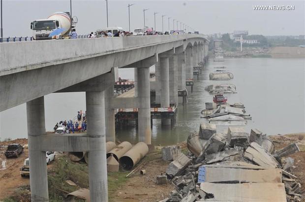Sập cầu tại Trung Quốc khiến 2 người mất tích - Ảnh 1.