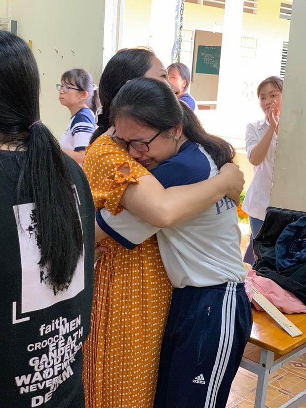 Chùm ảnh học sinh lớp 12 ôm nhau khóc nức nở trong buổi học cuối cùng: Sau này nhất định về họp lớp đầy đủ - Ảnh 1.