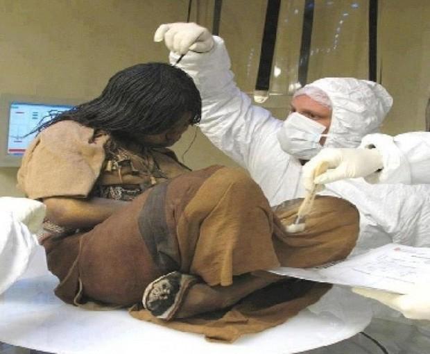 Bí ẩn xác ướp 3 đứa trẻ được chôn từ 500 năm trước, đánh lừa cả các nhà khoa học vì trông chỉ như đang ngủ một giấc dài - Ảnh 4.