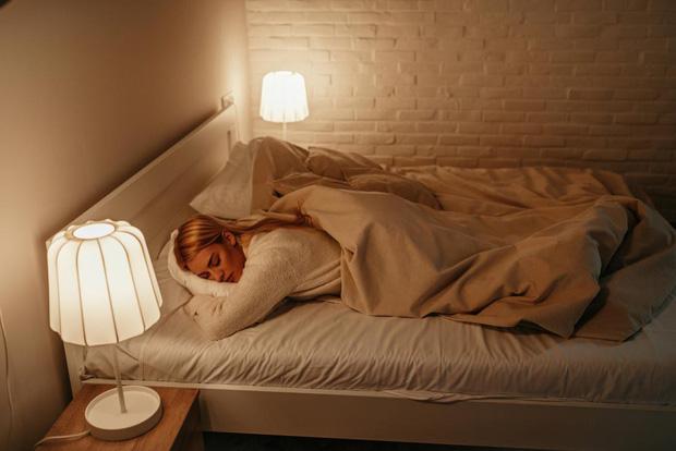Nghiên cứu mới: ngủ mở đèn có thể làm tăng nguy cơ béo phì ở phụ nữ - Ảnh 1.