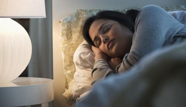 Nghiên cứu mới: ngủ mở đèn có thể làm tăng nguy cơ béo phì ở phụ nữ - Ảnh 2.