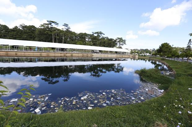 Đà Lạt: Hồ lắng gần hồ Xuân Hương bốc mùi hôi kinh khủng vì ngập rác thải, du khách kêu trời - Ảnh 2.